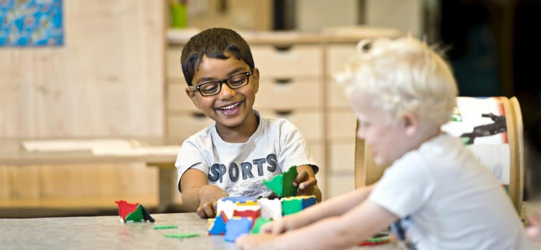 Barnehage gutter leker med klosser PVS