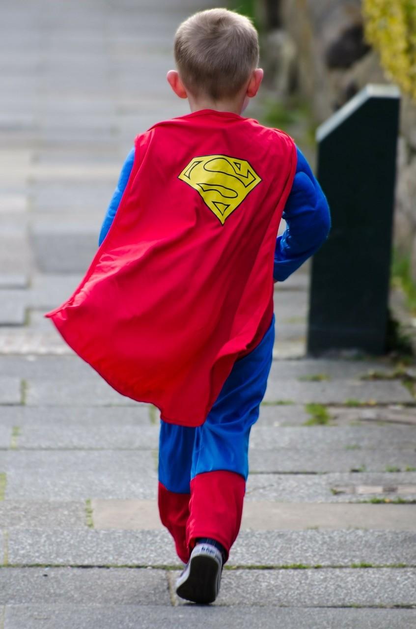 Liten gutt i superheltkostyme