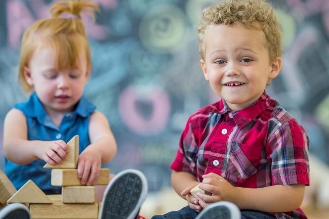 Offisielt bilde fra Barnehage 2018 i Lillestrøm - to barn som leker på gulvet