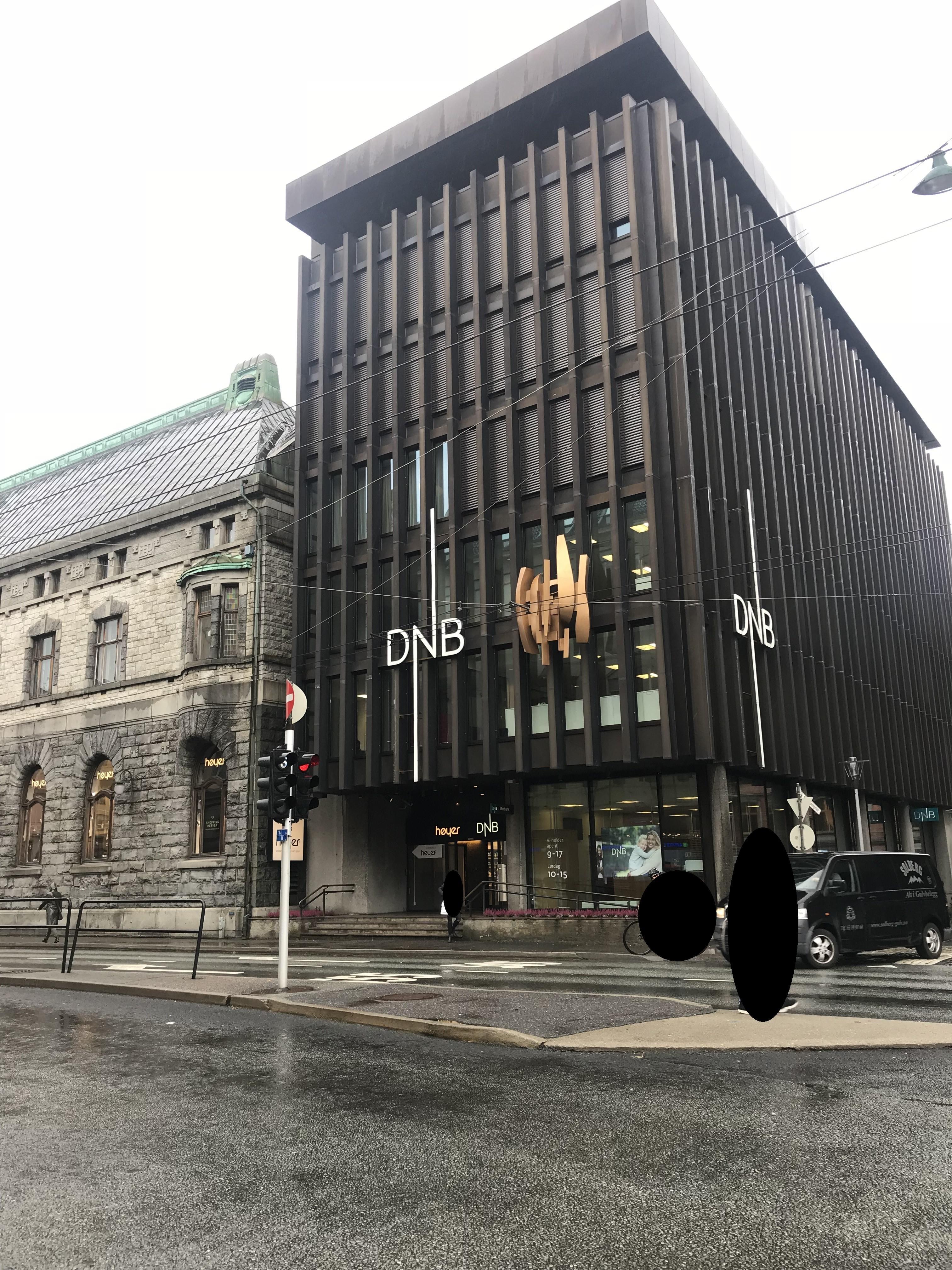 Et foto av fasaden på DNB.bygget i Torgallmenningen 2 i Bergen.