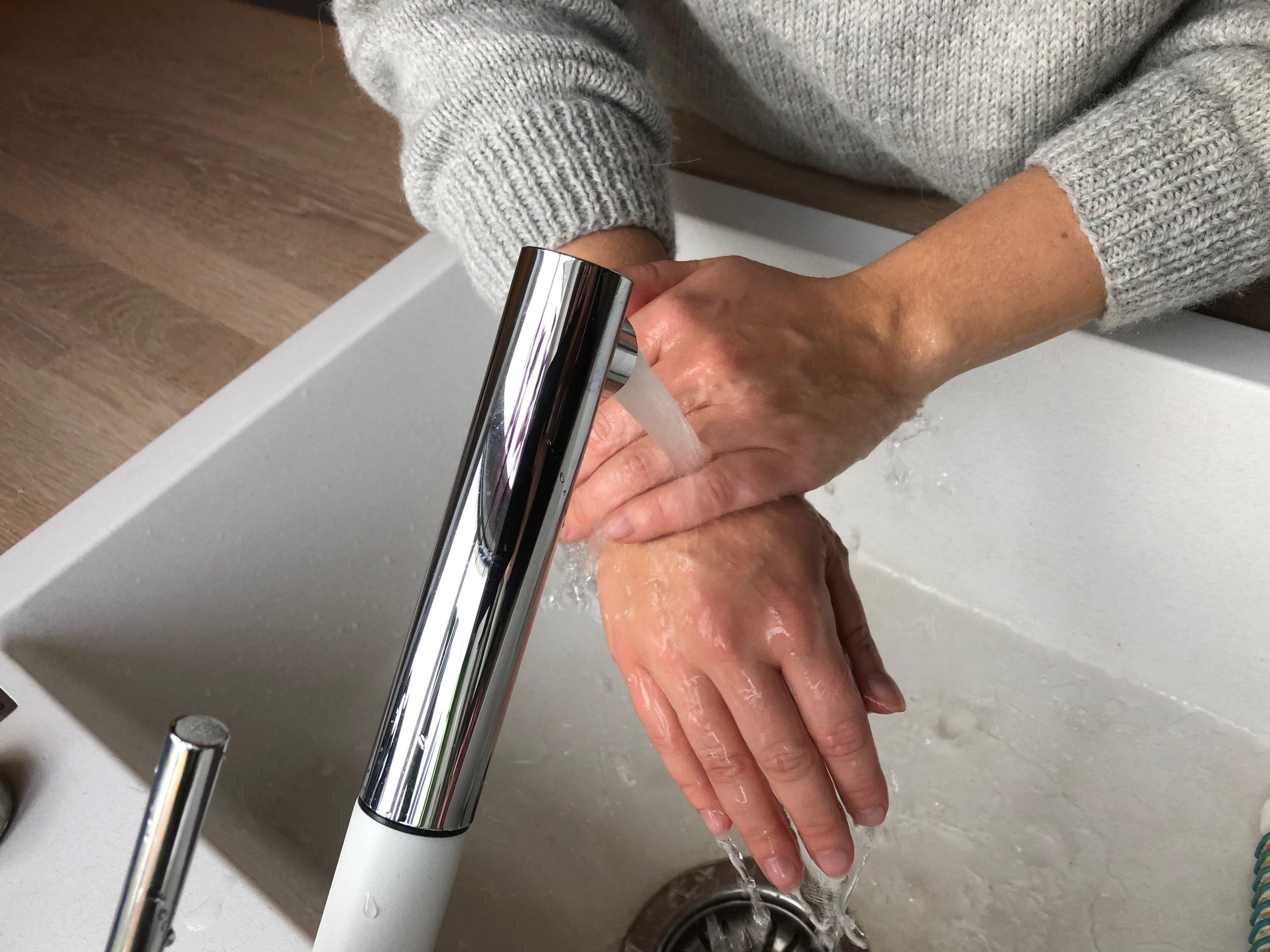 Illustrasjonsbilde av håndvask (to hender under rennende vann)