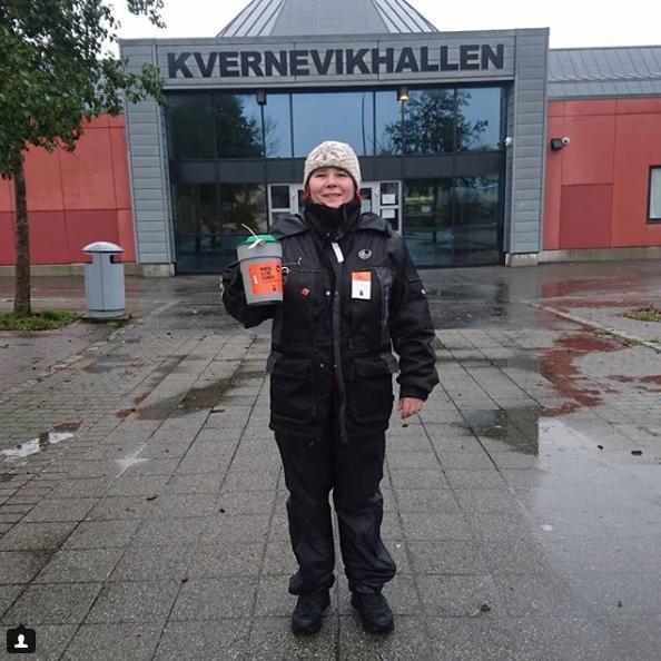 PVSvikar i helfigur med bøsse foran Kvernevikhallen i Stavanger