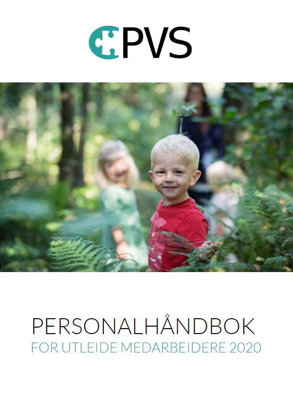faksimile av forsiden til personalhåndbok for 2020, med bilde av en blond barnehagegutt som leker i skogen med andre barn og en PVS-vikar